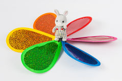 Toy Bunny Standing no meio de um girândola colorido Fotos de Stock Royalty Free