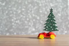 Toy Car avec l'arbre et le boîte-cadeau de Noël Paysage de Noël avec les cadeaux et la neige Voiture de salutation de Joyeux Noël Photos libres de droits