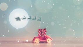 Toy Car con la caja del árbol de navidad y de regalo Paisaje de la Navidad con los regalos y la nieve Coche del saludo de la Feli Fotos de archivo libres de regalías