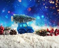 Toy Car dat een Kerstboom vervoert Royalty-vrije Stock Fotografie