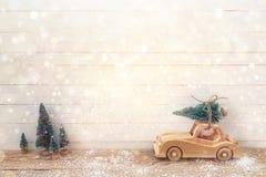 Toy Car de madeira com a árvore de Natal no telhado em uma tabela de madeira Foto de Stock Royalty Free