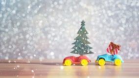 Toy Car med julgran- och gåvaasken Jul landskap med gåvor och snöar Hälsningbil för glad jul och för lyckligt nytt år Fotografering för Bildbyråer