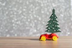 Toy Car med julgran- och gåvaasken Jul landskap med gåvor och snöar Hälsningbil för glad jul och för lyckligt nytt år Royaltyfria Foton