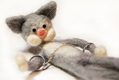Toy cat with wedding rings Royalty Free Stock Images