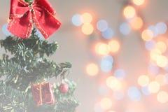 Toy Christmas-boom met giften wordt verfraaid, bokeh, achtergrond die stock foto