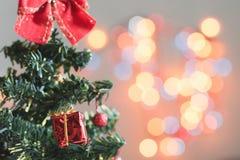 Toy Christmas-boom met giften wordt verfraaid, bokeh, achtergrond die royalty-vrije stock afbeeldingen
