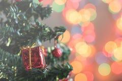 Toy Christmas-boom met giften wordt verfraaid, bokeh, onduidelijk beeld dat stock afbeelding