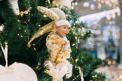 Toy Christmas-elf het hangen op een Kerstboom royalty-vrije stock fotografie