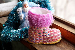 Toy Christmas-Stiefel an einem Fenster Stockfotos