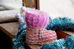 Toy Christmas-Stiefel an einem Fenster Lizenzfreies Stockfoto