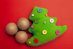 Toy Christmas Tree On Red bakgrund Arkivbilder