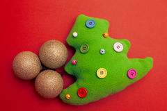Toy Christmas Tree On Red-Hintergrund Stockbilder