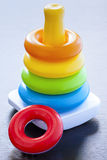 Toy Colorful Ring Rings Childhood regnbågeutmatningsfack i efterbehandlaren Royaltyfri Bild