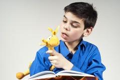 toy för avläsning för bakgrundsbokpojke Royaltyfri Foto