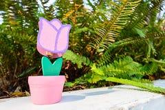 Toy Flower avec l'herbe dans le Saint Valentin Image libre de droits