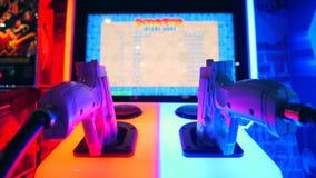 Toy Guns di fucilazione rosso e blu al gioco Arcade Machine del tiratore nel centro commerciale 4K Bangkok, Tailandia video d archivio