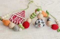 Toy Hedgehog hecho punto y casa de cerámica de la Navidad imagen de archivo libre de regalías