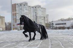 Toy Horse na estrada Fotografia de Stock Royalty Free
