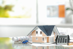 Toy House na tabela com chaves e calculadora fotografia de stock