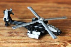 Toy Military Helicopter en la tabla de madera Imágenes de archivo libres de regalías