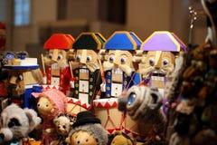 Toy Nutcracker, voor de Nieuwjaarvakantie die wordt gemaakt stock foto's