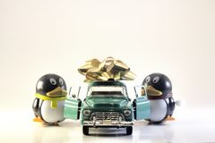 Toy Penguins avec le nouveau cadeau de camion Photographie stock libre de droits