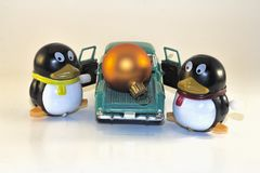 Toy Penguins Loading Xmas Ornament in Bestelwagen royalty-vrije stock afbeelding