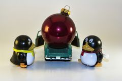 Toy Penguins Loading Xmas Ornament in i lastbilen Royaltyfri Fotografi