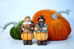Toy Pilgrim-Paare mit Samtkürbisen Stockbilder