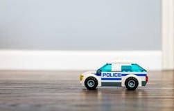 Toy Police Car sur un plancher en bois Images libres de droits