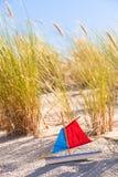 Toy Sailboat alla duna Fotografie Stock Libere da Diritti