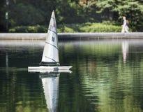Toy Sailboat auf dem erhaltenden Wasser im Central Park, New York City Stockfoto