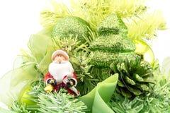 Toy Santa Claus con los regalos cerca de un Año Nuevo del árbol de navidad aislados Fotos de archivo libres de regalías