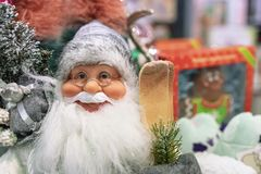 Toy Santa Claus dans le stock de cadeaux et de décorations de Noël photo libre de droits