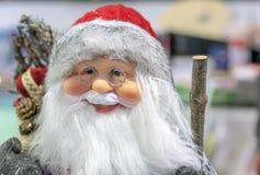 Toy Santa Claus dans le stock de cadeaux et de décorations de Noël photos stock