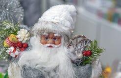 Toy Santa Claus in de opslag van Kerstmisgiften en decoratie stock foto