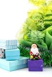Toy Santa Claus mit den Geschenken nahe einem neuen Jahr des Weihnachtsbaums lokalisiert Stockfotografie