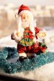 Toy Santa Claus mit einer Kerze in einer Hand Lizenzfreie Stockbilder