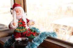 Toy Santa Claus mit einer Kerze in einer Hand Stockbilder