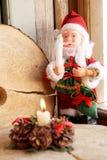 Toy Santa Claus mit einer Kerze in einer Hand Lizenzfreies Stockbild