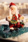 Toy Santa Claus mit einer Kerze in einer Hand Stockbild