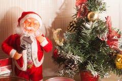 Toy Santa Claus och julgran, Arkivfoto