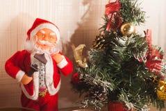 Toy Santa Claus och julgran, Fotografering för Bildbyråer