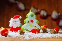 Toy Santa Claus och julgran på den gamla trätabellen Royaltyfri Fotografi
