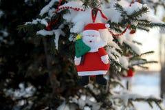 Toy Santa Claus op een boomtak in het park, de winter royalty-vrije stock afbeelding