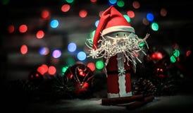 Toy Santa Claus op een Kerstmisachtergrond royalty-vrije stock fotografie