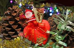 Toy Santa Claus que se sienta en un corazón fotografía de archivo