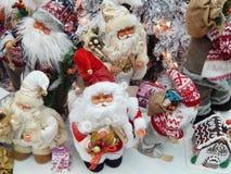 Toy Santa Clauses La Navidad juega el fondo Foto de archivo libre de regalías