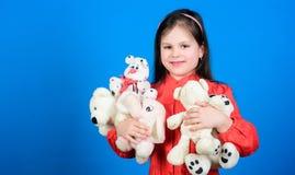 Toy Shop Barns dag B?sta v?n Leksaker f?r unge liten flicka med den mjuka bj?rnleksaken lycklig barndom F?delsedag barn på arkivbild