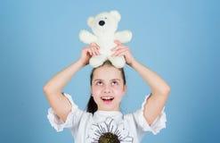 Toy Shop De Dag van kinderen Beste Vriend klein meisje met zacht beerstuk speelgoed de gelukkige kinderjaren van de kindpsycholog stock foto's